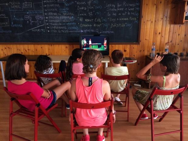 nens mirant vídeo
